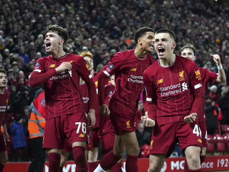 Futbalisti Liverpoolu oslavujú víťazstvo nad Shrewsbury Town