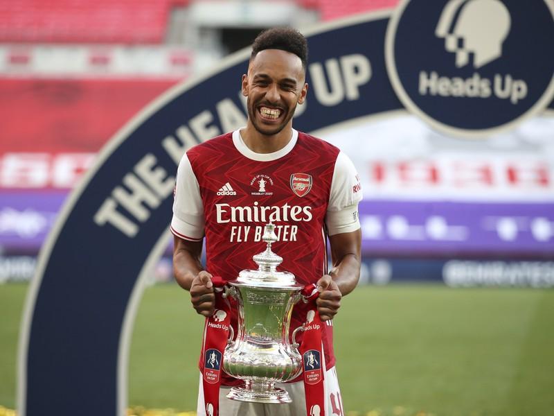 Pierre-Emerick Aubameyang s trofejou pre víťaza FA Cupu
