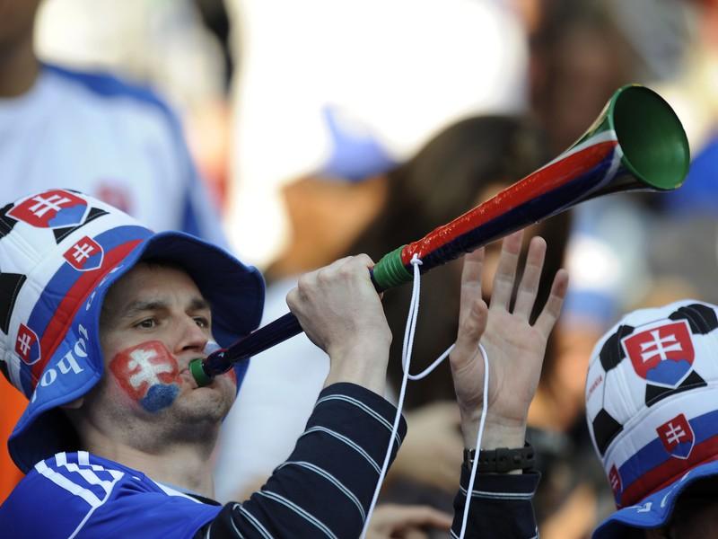 Na snímke slovenský fanúšik s vuvuzelou