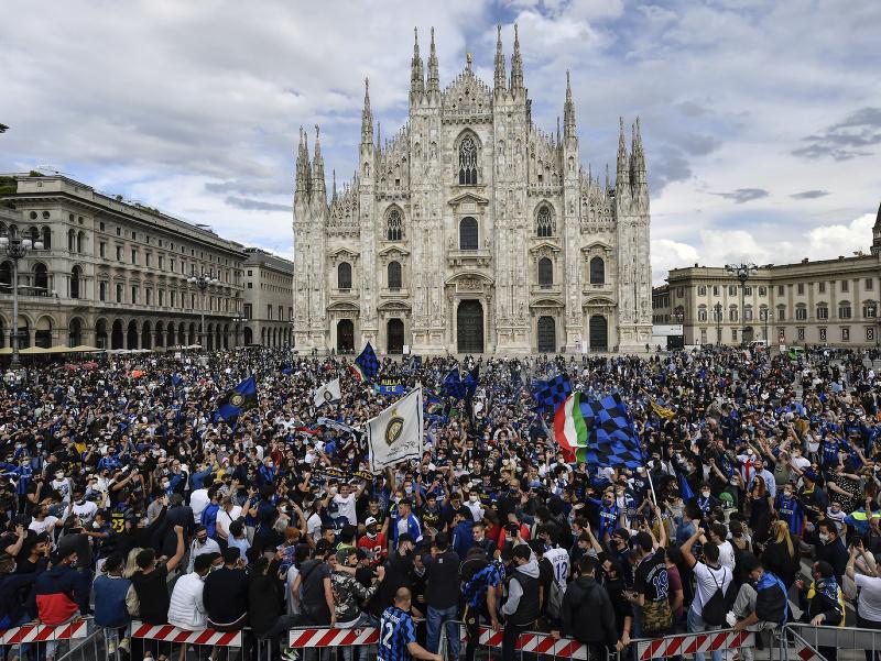 Futbaloví fanúšikovia Interu Miláno oslavujú 19. majstrovský titul pred milánskou katedrálou