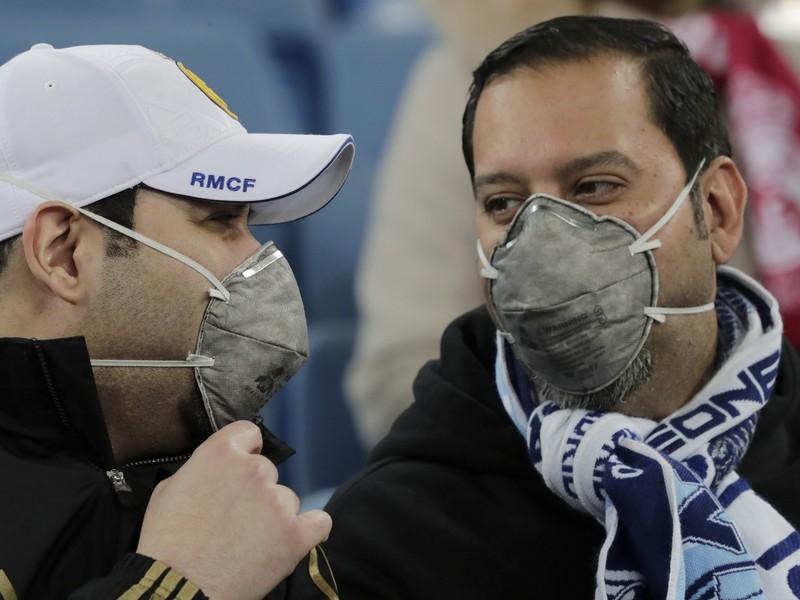Fanúšikovia na štadióne s rúškami na tvári