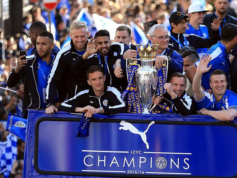 Hráči Leicesteru oslavovali v uliciach s 240 000 fanúšikmi