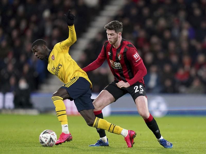 Na snímke vpravo hráč Bournemouthu Jack Simpson a hráč Arsenalu Eddie Nkteitah