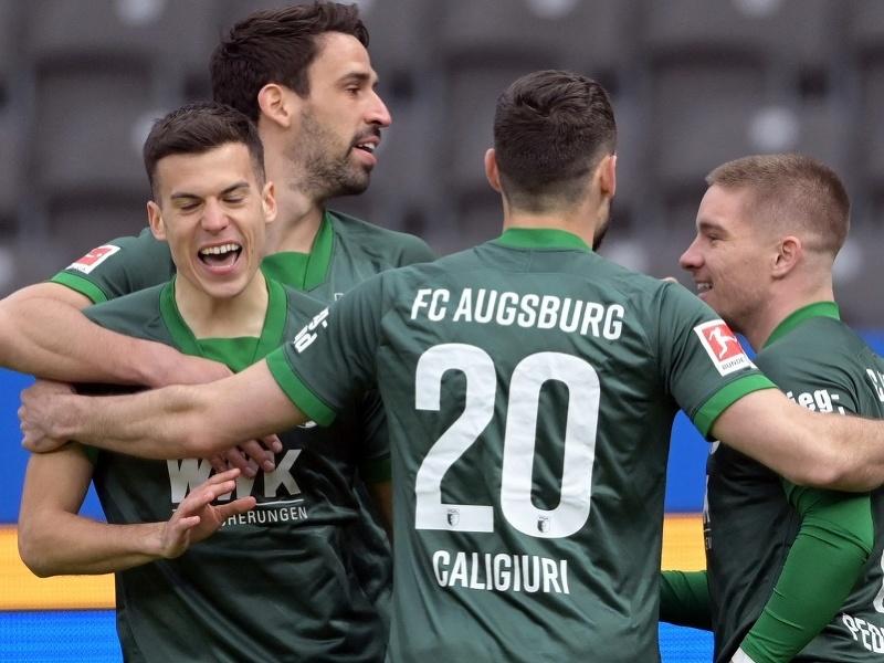 László Bénes oslavuje so spoluhráčmi gól