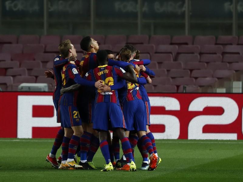 Hráči FC Barcelony sa tešia z gólu
