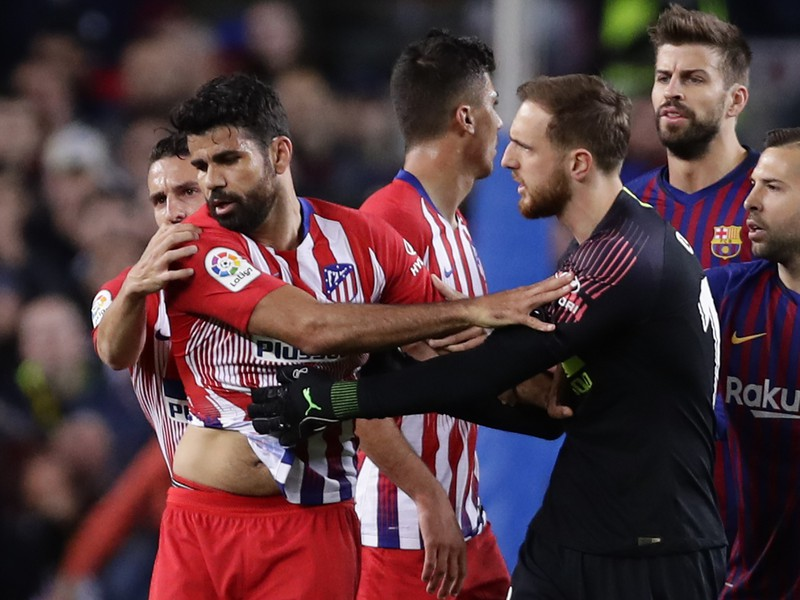 Diego Costa upokojovaný spoluhráčmi po inzultácii rozhodcu