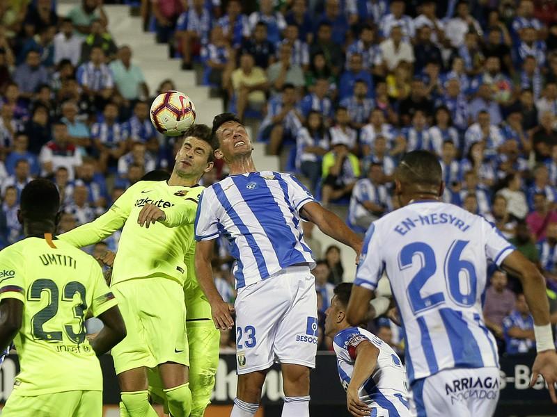 Gerard Piqué a Mikel Vesga v hlavičkovom súboji