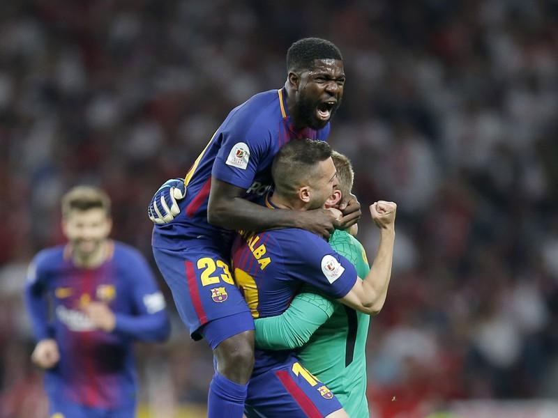 Samuel Umtiti, Jordi Alba a Jasper Cillessen oslavujú gól Suáreza