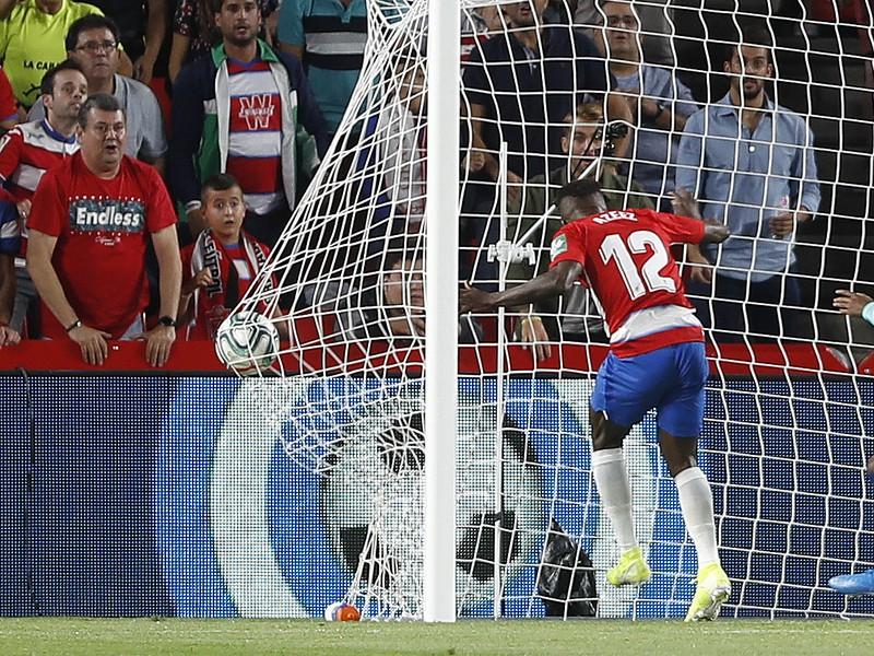 Ramon Azeez nezadržateľne skóruje do brány Barcelony
