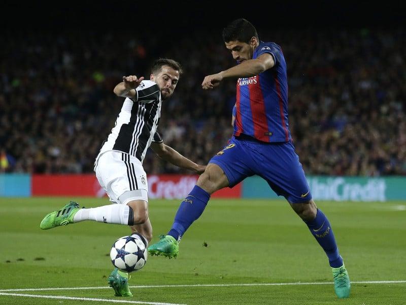 Hráč Barcelony Luis Suarez (vpravo) v súboji s Miralemom Pjaničom z Juventusu