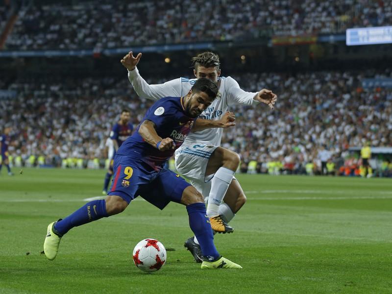 Luis Suárez a Mateo Kovačič v súboji o loptu