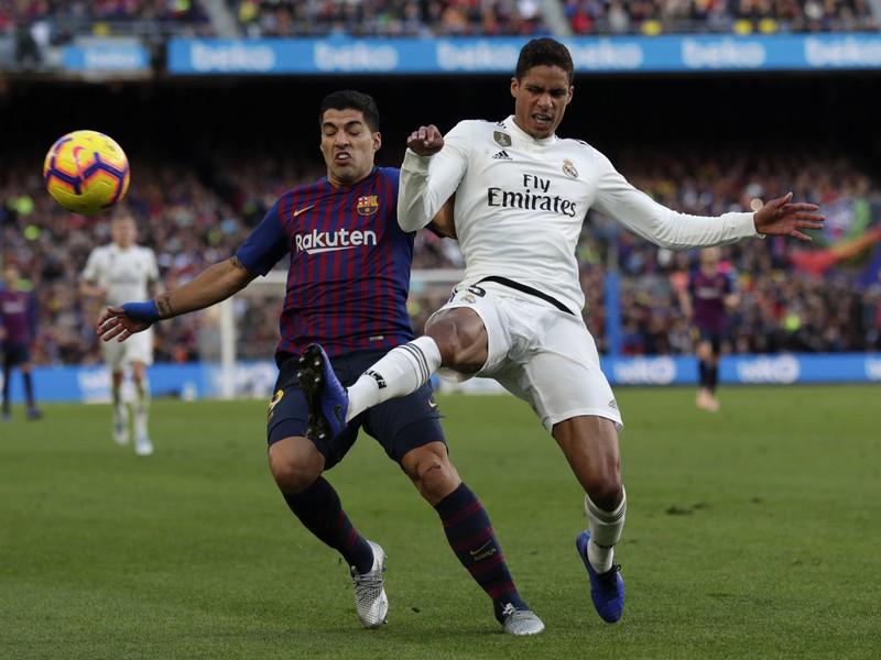 Luis Suárez a Raphael Varane v súboji o loptu