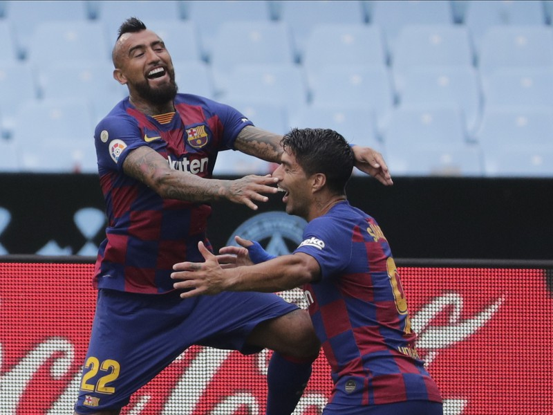 Arturo Vidal a Luis Suárez v drese FC Barcelona