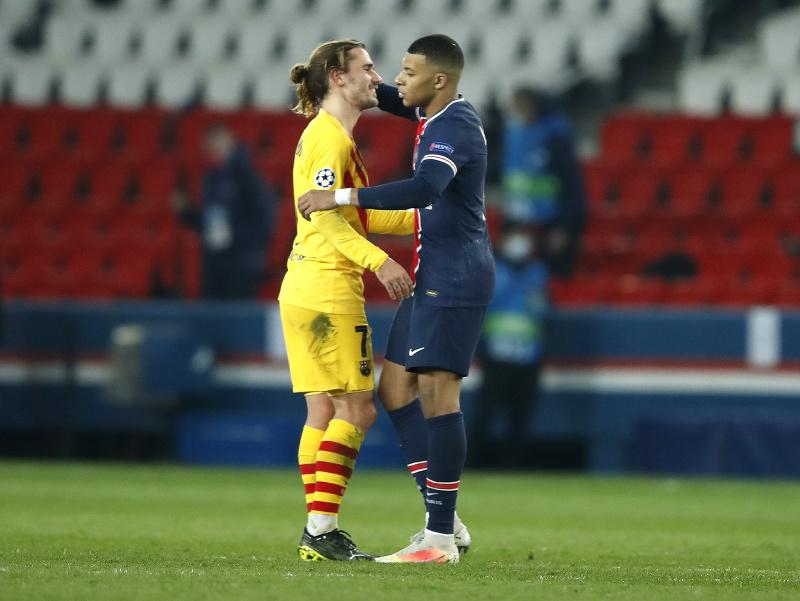 Futbalista PSG Kylian Mbappé (vpravo) a hráč Barcelony Antoine Griezmann