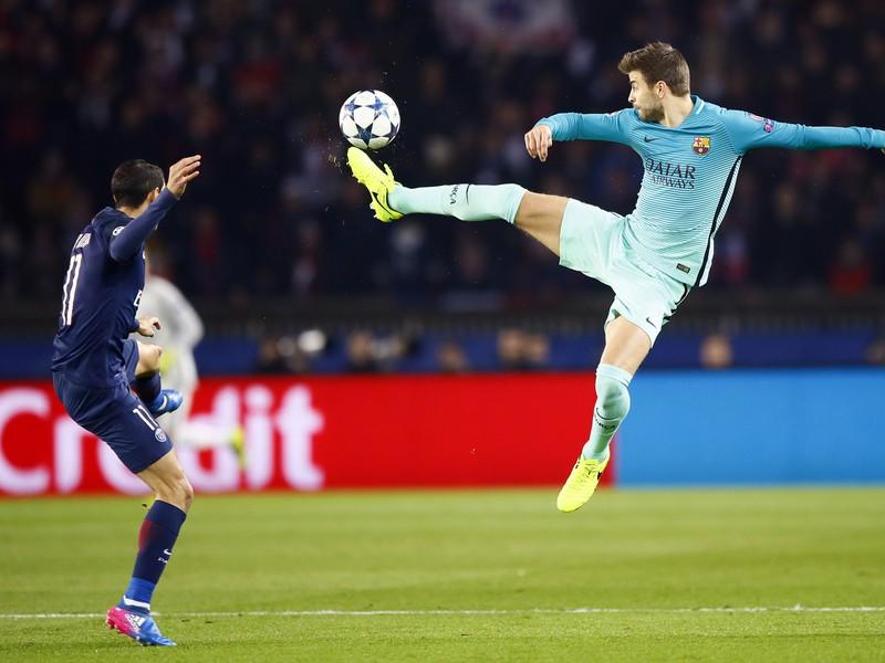 Gerard Piqué a Ángel Di María v súboji o loptu