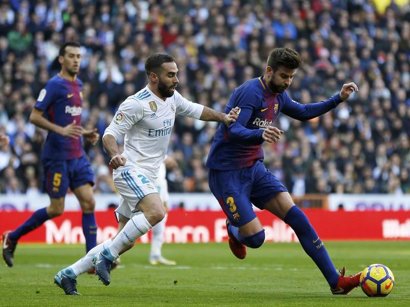 Daniel Carvajal a Gerard Piqué v súboji o loptu
