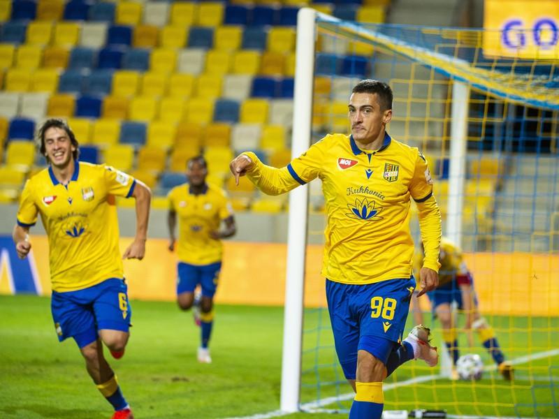 Ion Nicolaescu spolu s hráčmi FC DAC Dunajská Streda oslavujú vyrovnávajúci gól
