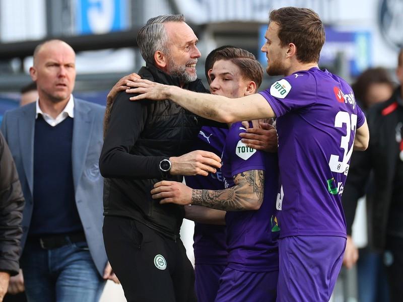 Tomáš Suslov sa raduje z gólu s trénerom a hráčmi