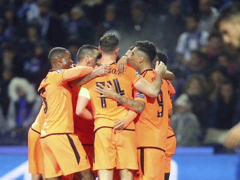 Hráči Liverpoolu oslavujú gól v zápase osemfinále Ligy majstrov proti tímu FC Porto