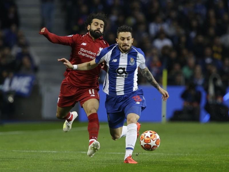 Mohamed Salah (vľavo) z Liverpoolu a Alex Telles z Porta