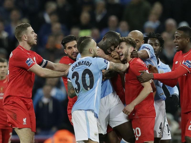 Potýčka medzi hráčmi FC Liverpool a Manchester City