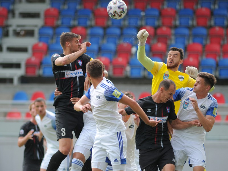 Antonio Asanovič z FC Vion Zlaté Moravce (vľavo) a brankár Dávid Šípoš z FC Nitra