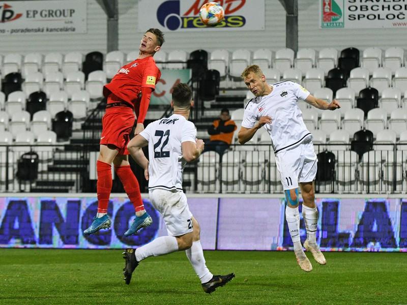Zľava: Dino Špehar z ŠKF iClinic Sereď, Matúš Kuník a Lukáš Fabiš z FC Nitra