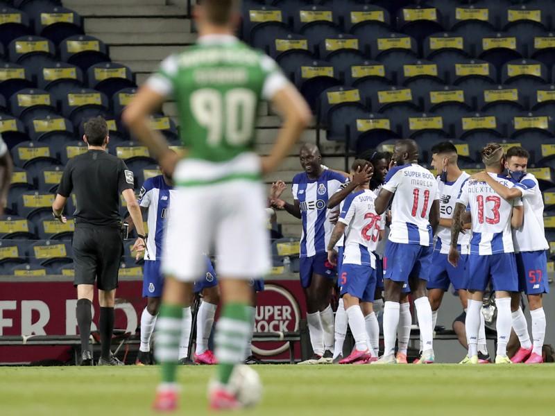 Andraž Šporar a v pozadí radujúci sa hráči FC Porto