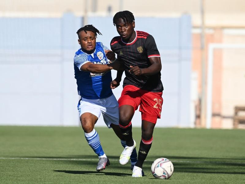 Na snímke vpravo hráč Trnavy Bamidele Yusuf a hráč Mosty Christ Ememe