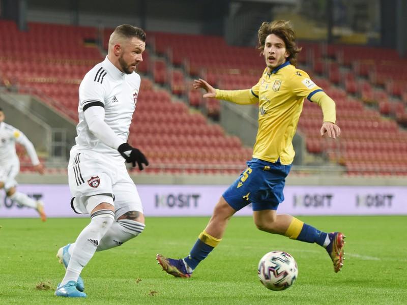 Na snímke vľavo hráč Trnavy Erik Pačinda a hráč DAC Andrija Balič