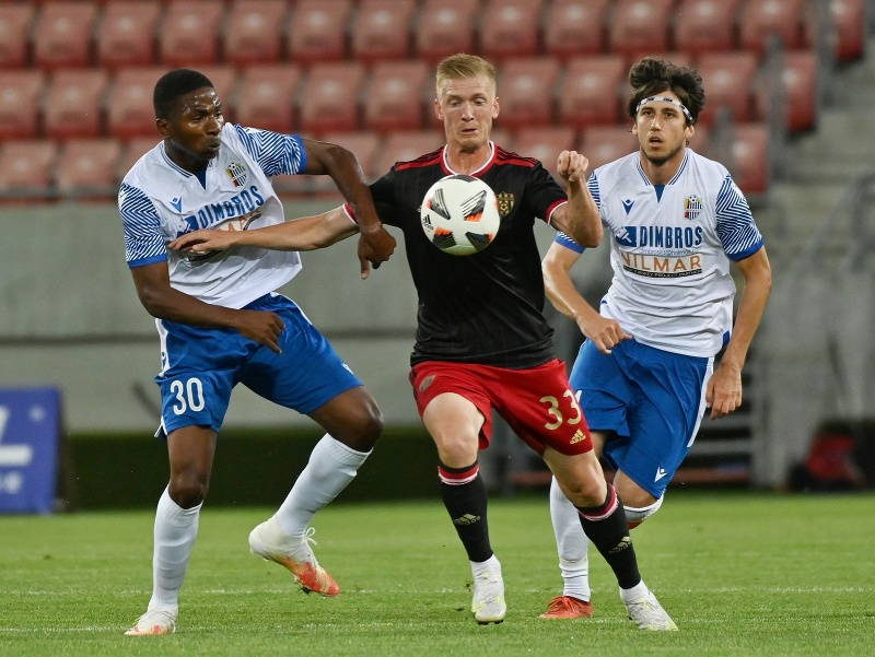 Na snímke zľava hráč FC Mosta Luis Riascois, hráč Trnavy Ján Vlasko a hráč FC Mosta Ivan Djorič