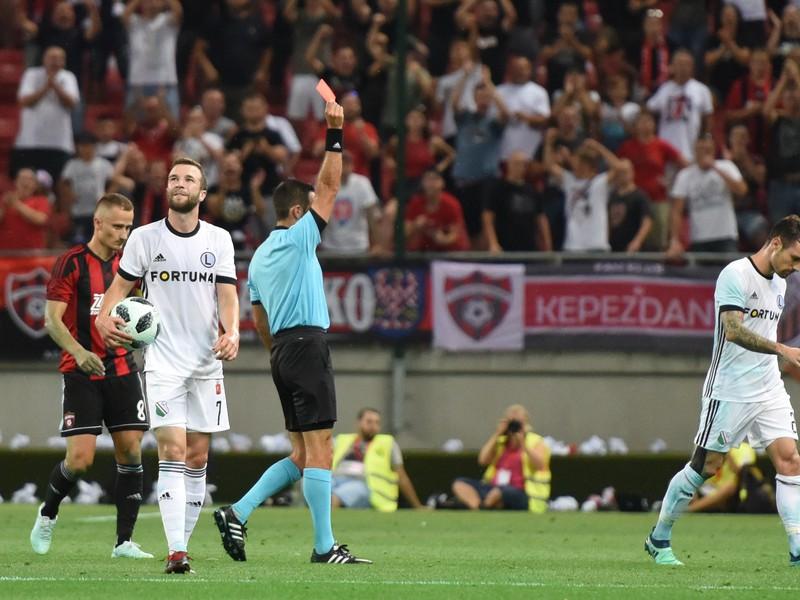 Rozhodca zápasu Roi Reinshreiber udeľuje červenú kartu, ktorú dostal hráč Legie Marko Vešovič (vpravo)