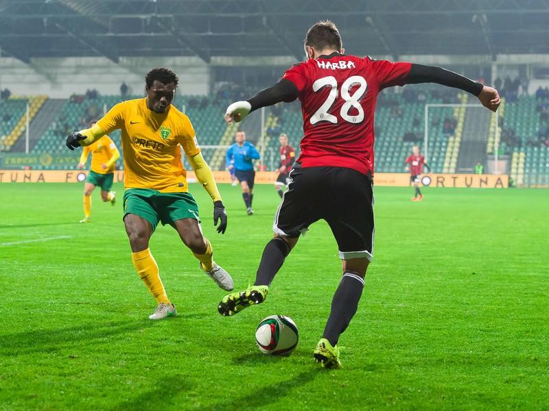 Zľava: Ernest Mabouka z MŠK Žilina a Haris Harba z FC Spartak Trnava