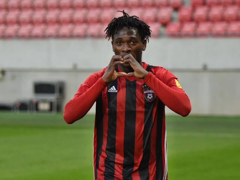 Nigérijský stredopoliar Trnavy Bamidele Yusuf oslavuje svoj gól