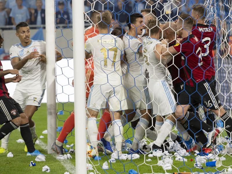 Na snímke roztržka hráčov oboch mužstiev po strelení gólu Slovana