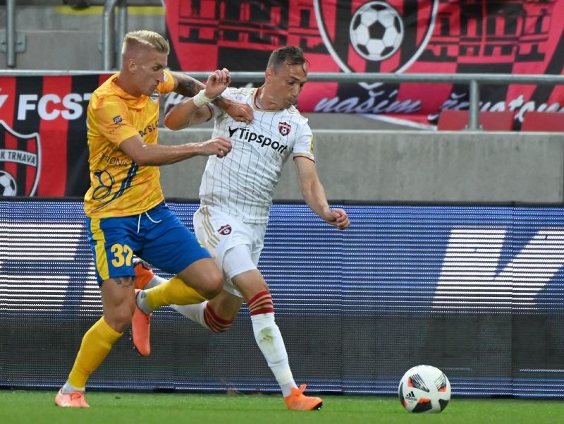 Vpravo hráč Trnavy Dejan Trajkovski a hráč Pohronia Dominik Špiriak
