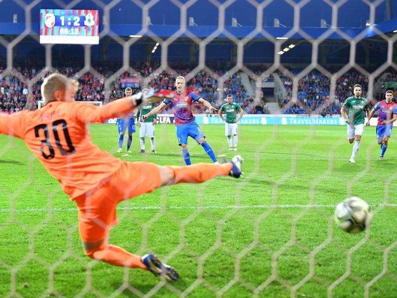Roman Procházka strieľa z penalty vyrovnávajúci gól Plzne