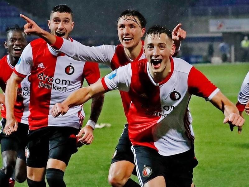Róbert Boženík oslavuje so spoluhráčmi premiérový gól