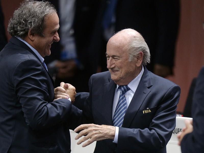 Michel Platini (vľavo) gratuluje Seppovi Blatterovi k znovuzvoleniu do pozície prezidenta FIFA