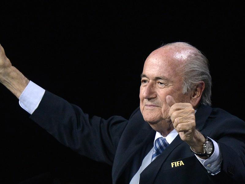 Víťazné gesto Seppa Blattera