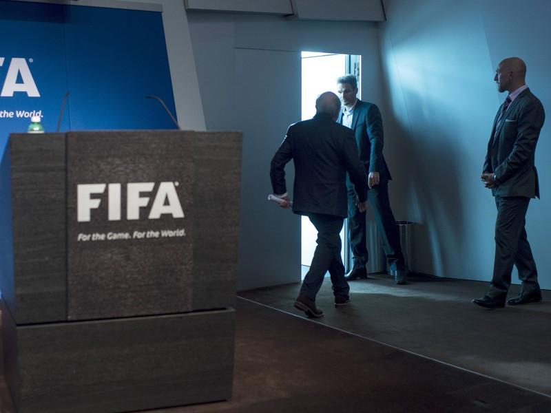 Sepp Blatter opúšťa tlačovú konferenciu po oznámení rezignácie