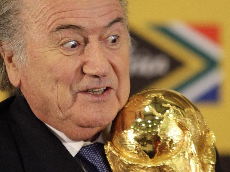 Sepp Blatter s trofejou pre majstra sveta vo futbale
