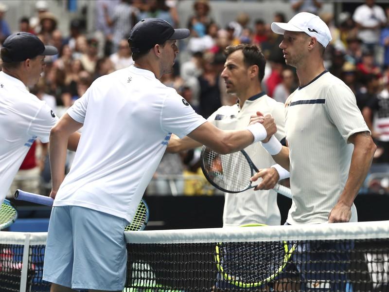 Bratia Bryanovci gratulujú po zápase Filipovi Poláškovi a Ivanovi Dodigovi