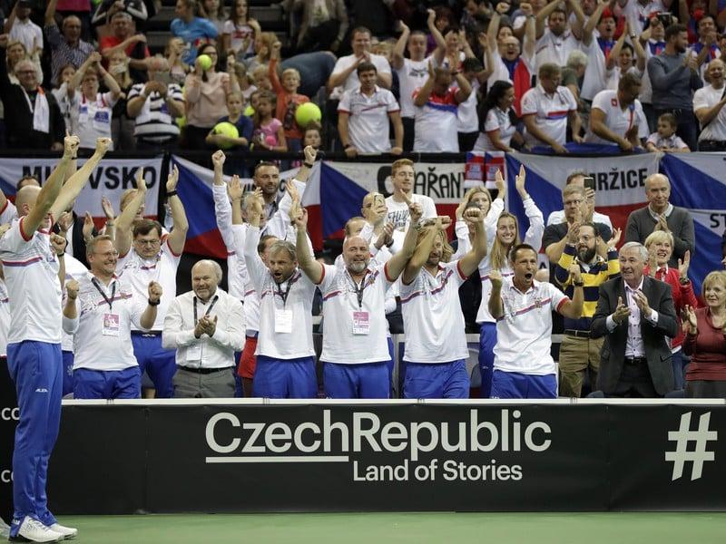 Petr Pála a český tím oslavuje rozhodujúci triumf Siniakovej