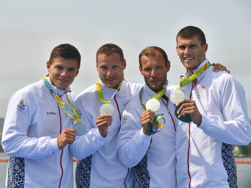 Slovenský štvorkajak v zložení zľava Denis Myšák, Erik Vlček, Juraj Tarr a Tibor Linka pózuje so striebornými medailami po A-finále K4 na 1000 metrov