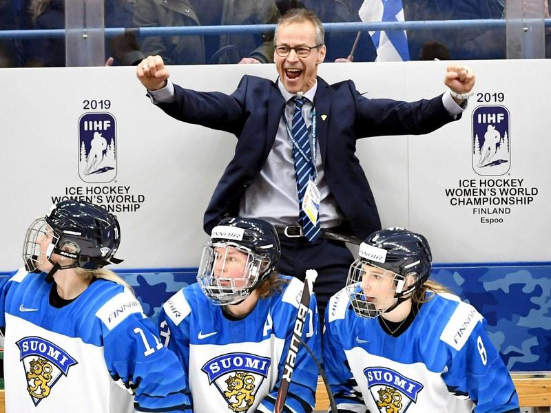 Fínsky tréner Pasi Mustonen oslavuje triumf nad Kanadou
