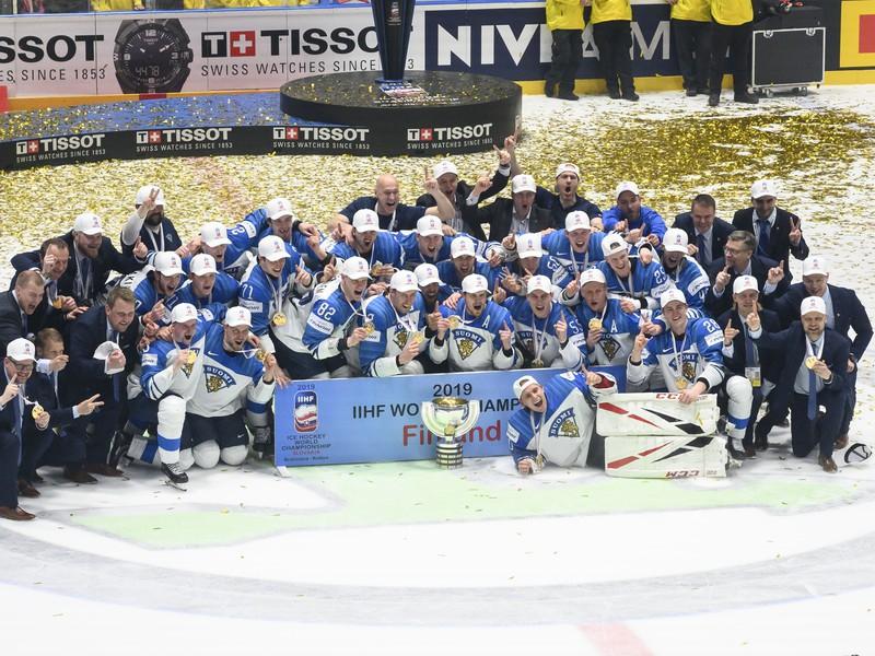 Víťazný tím Fínska pózuje s pohárom pre majstra sveta 2019