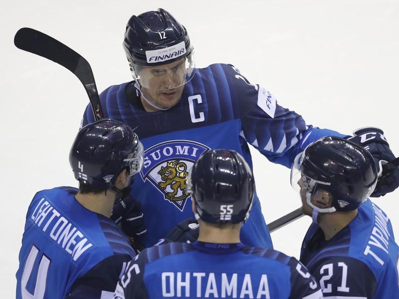 Fínski hokejisti strelec gólu Atte Ohtamaaa (uprostred chrbtom), Juhani Tyrvainen (vpravo) Mikko Lehtonen (vľavo) a Marko Antilla sa tešia po strelení gólu