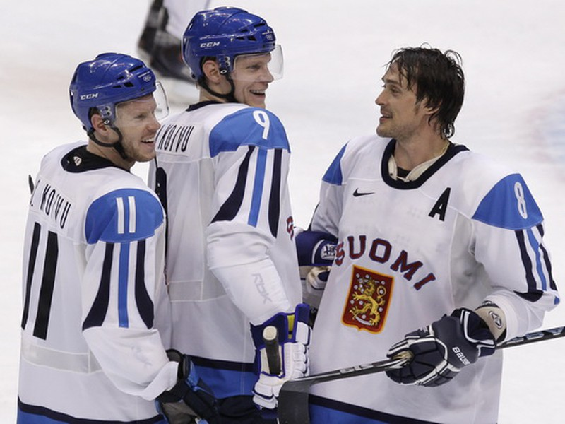 Teemu Selanne, Mikko Koivu a Saku Koivu sa tešia z víťazstva nad Nemeckom