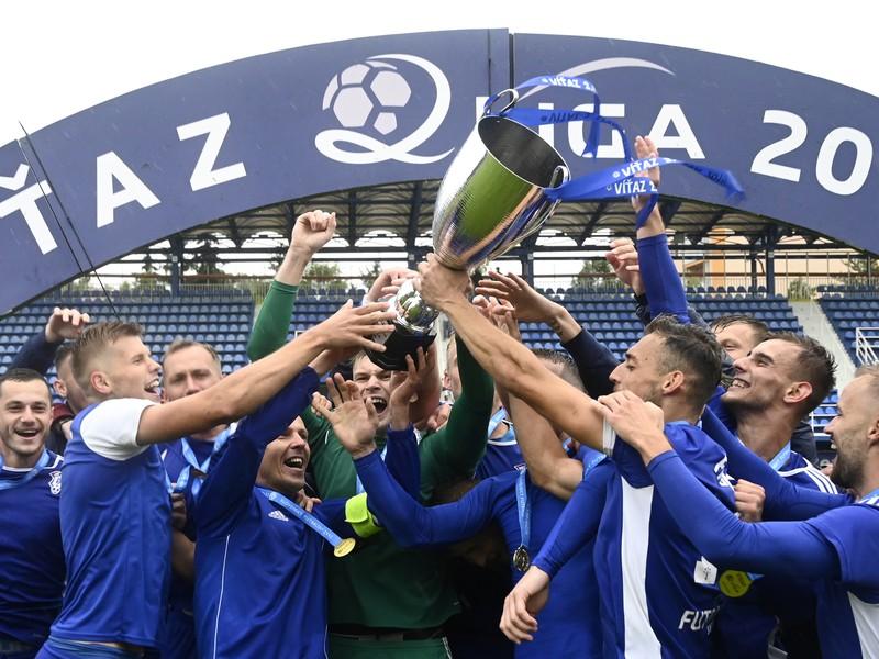Hráči a realizačný tím FK Dubnica nad Váhom oslavujú kľúčový triumf nad Bystricou
